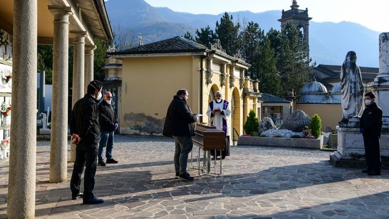 Social distancing photo gallery - funeral in Italy